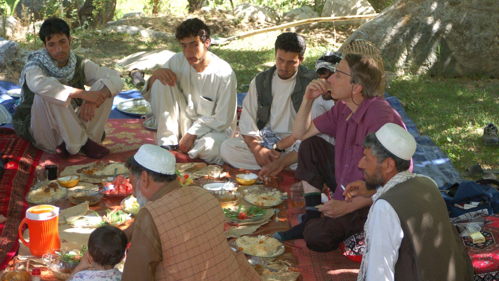 Dégustation de mûres blanches et d' abricots dans les montagnes afghanes à Fakharsha avec les montagnards qui ...