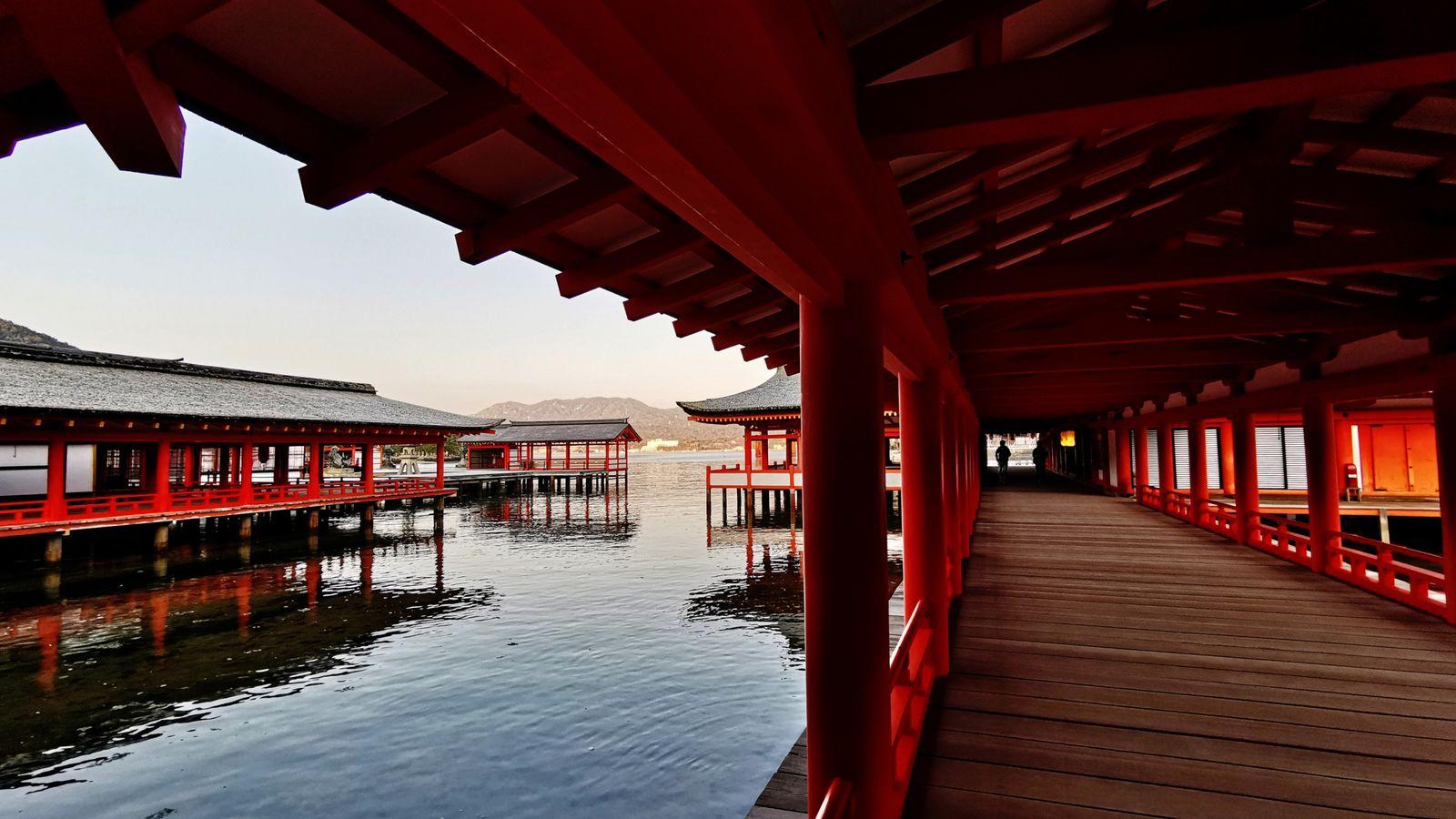 Le sanctuaire shinto d'Itsukushima, situé sur l'île de Miyajima, dans la baie d'Hiroshima, est l'un des ...