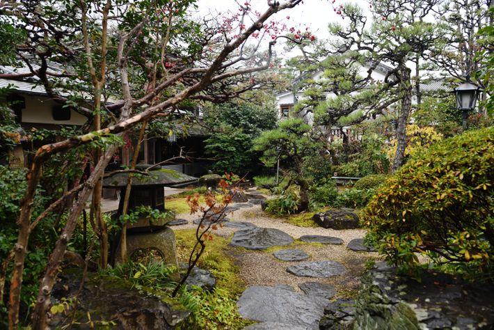 Dans un bâtiment historique datant de l'époque d'Edo, le Ryokan Kurashiki, situé dans la ville du ...