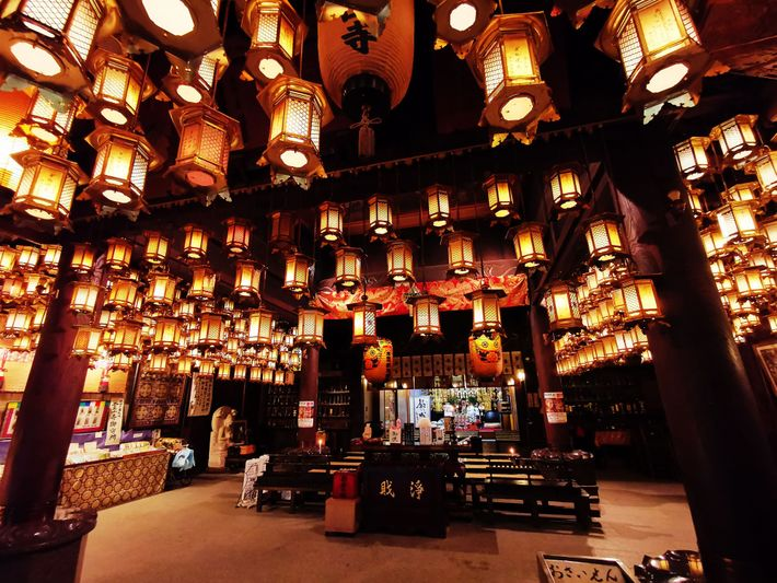 Le plafond du Ryozen-ji, point de départ du pèlerinage des 88 temples  de Shikoku, est ...