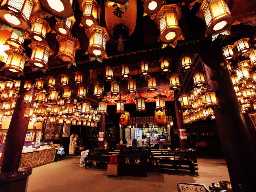 Le plafond du Ryozen-ji, point de départ du pèlerinage des 88 templesde Shikoku, est ornéde centaines de lanternes de bronze.