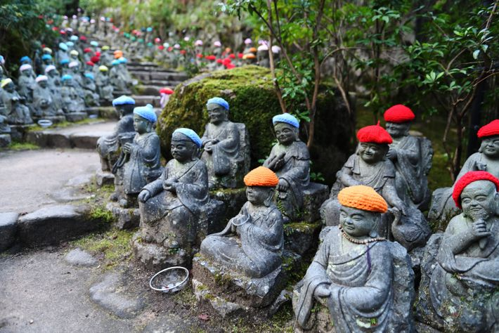 La montée au temple  de Daishō-in, à Miyajima,  se fait sous la protection  ...