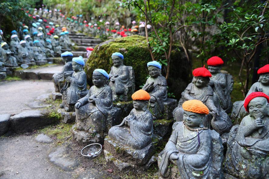 La montée au templede Daishō-in, à Miyajima,se fait sous la protectionde 500statues de Rakan,l'un des treizedisciplesdu bouddhisme Shingon.Sous les bonnets quiles protègent du froiden hiver, chacune offreun visage unique.
