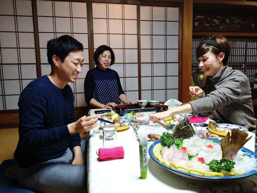 Pour fêter notre présence à Bōzejima, nos hôtes nous invitent à un festin de produits de la mer. Au menu, du poisson bien sûr, mais surtout des crevettes, format gambas, à déguster vivantes, carapaces comprises!