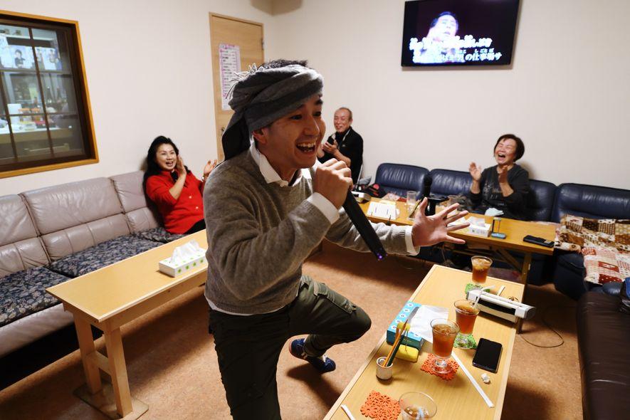 À Yugejima, comme dans tout l'archipel nippon, le karaoké est une chose sérieuse, prisée de toutes les générations. L'île, sur laquelle vivent à peine 3500habitants, en compte deux.