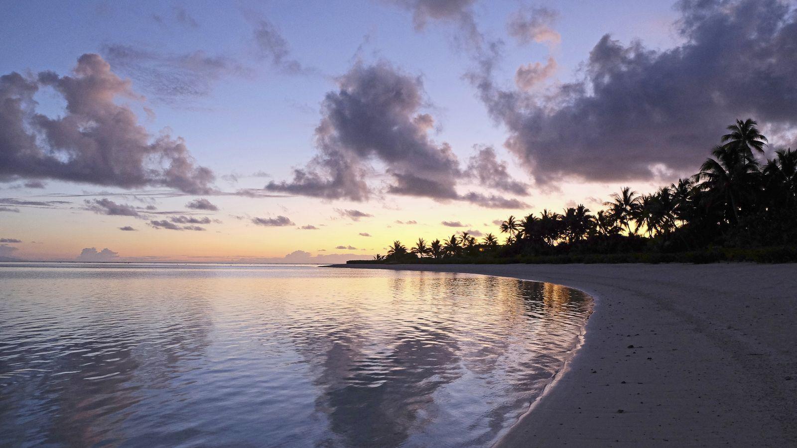 Coucher de soleil sur l'île de Tetiaroa. C'est l'heure où, depuis la plage, on peut voir ...
