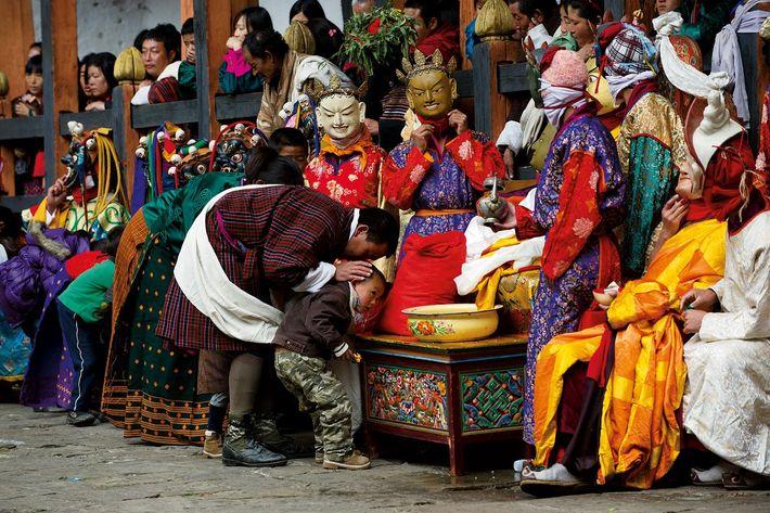 À l'intérieur du dzong (monastère-forteresse bouddhiste) de Jakar, les dévôts de tous âges se succèdent pour ...