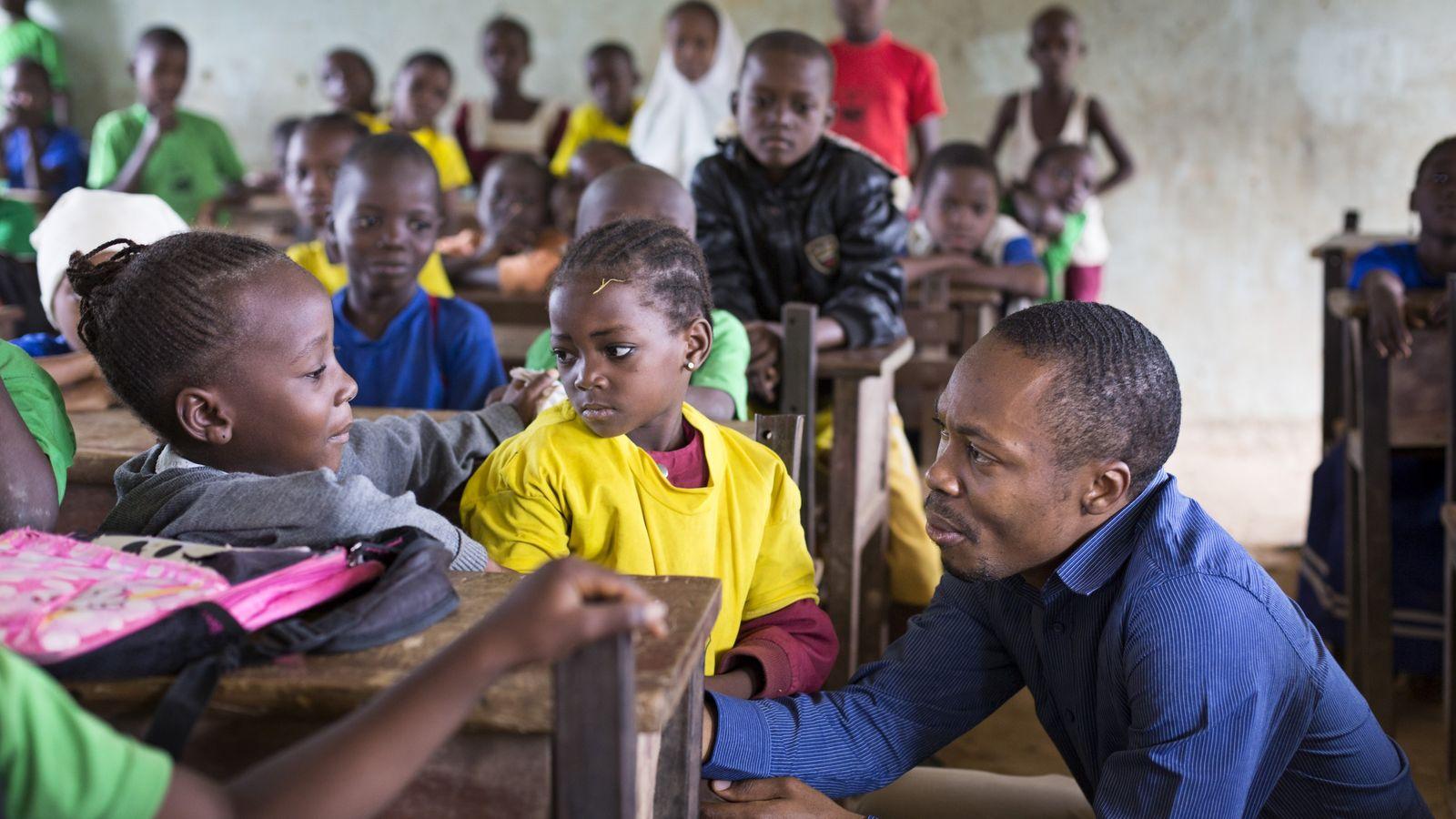 Oscar Ekponimo visite une école primaire au Nigeria, où les élèves n'ont pas suffisamment à manger. ...