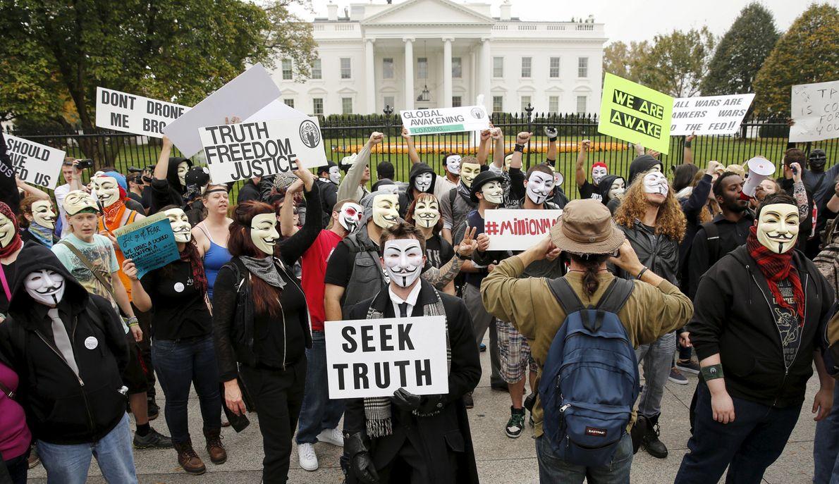 Les manifestants se ralliant au groupe hacktiviste Anonymous, avec leurs masques Guy Fawkes devenus symboliques, se ...