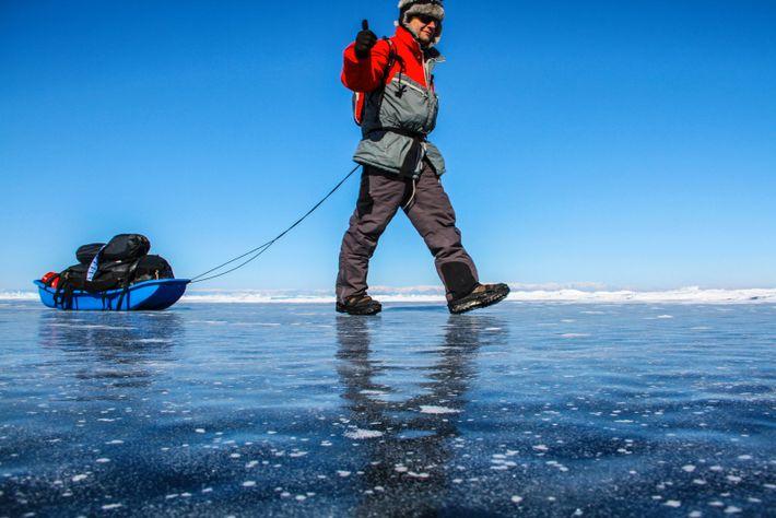 Traverser les paysages de glace de Sibérie, à pied et en autonomie sur le lac Baïkal ...
