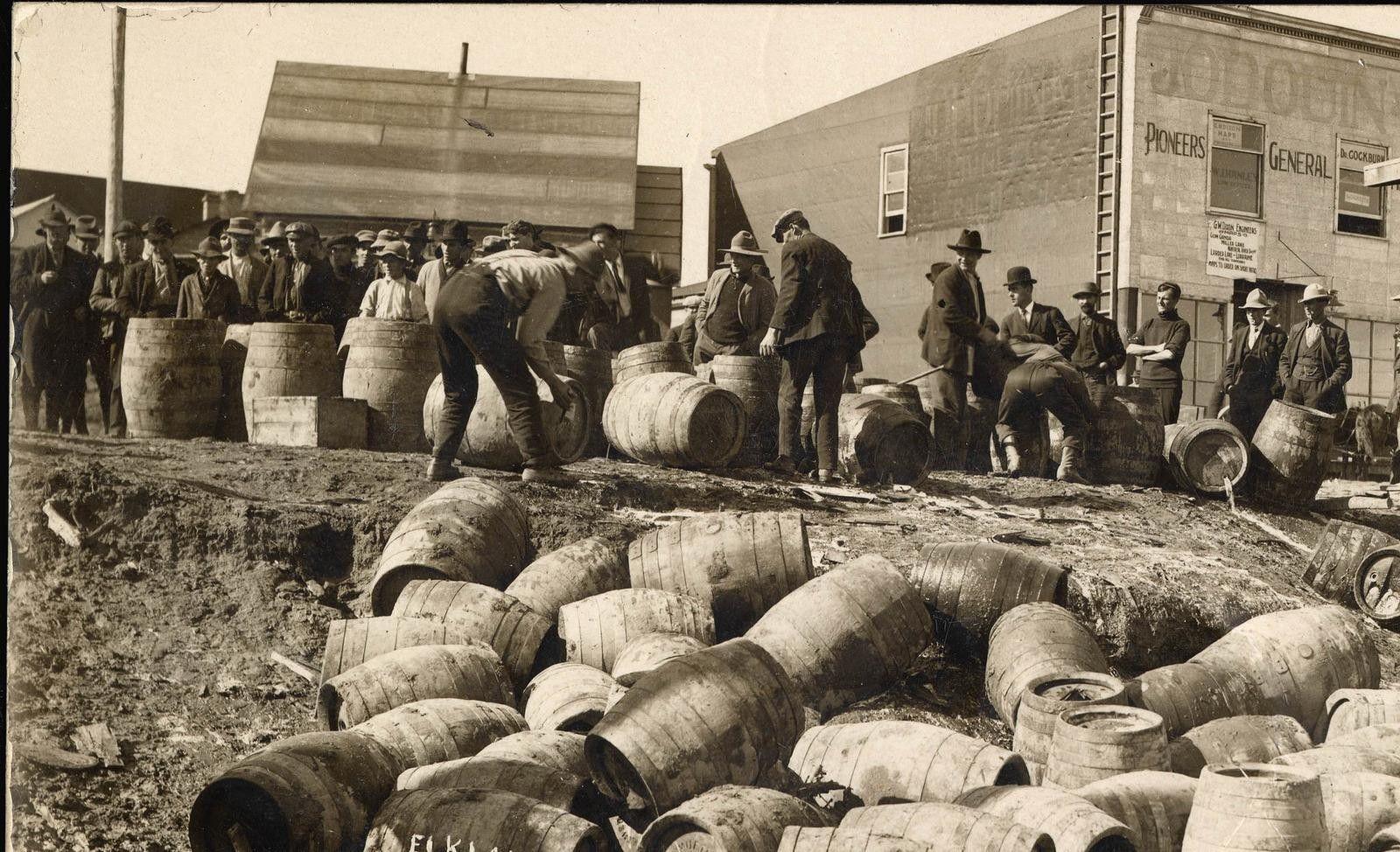 Une descente de police à Elk Lake, Ontario, en 1925.