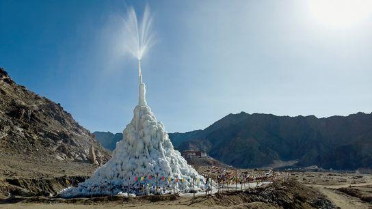 Pour atténuer les effets du changement climatique sur les populations himalayennes, l'ingénieur Sonam Wangchuk construit des ...