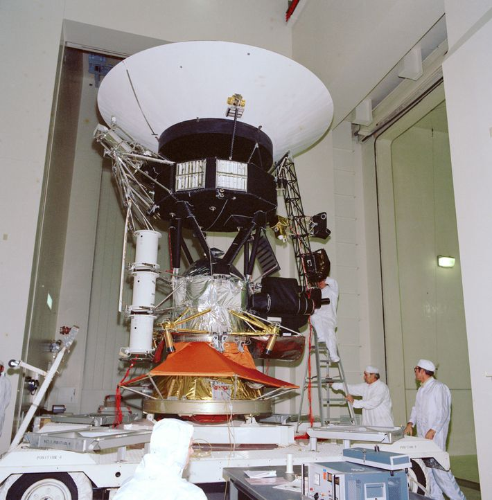 Une sonde spatiale Voyager subit des tests au sein du laboratoire de la NASA en novembre ...