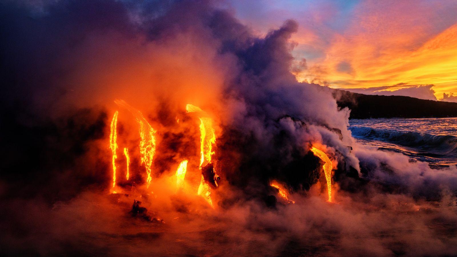 L'éruption, l'an dernier, du Kīlauea sur l'île d'Hawaii a précipité des rivières de lave dans l'océan. ...