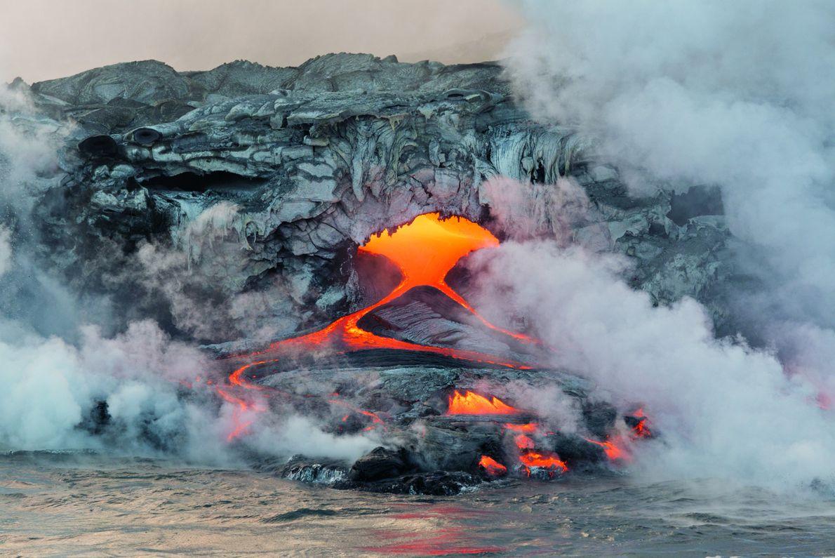 La lave du volcan Kilauea jaillit des tunnels et rejoint le Pacifique. Une grande partie de ...