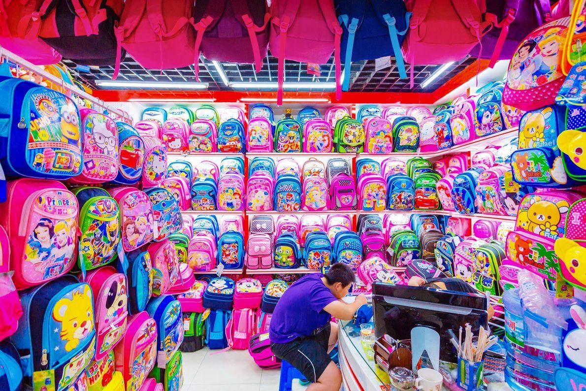 Un autre stand ne vend que des sacs d'école aux motifs enfantins.