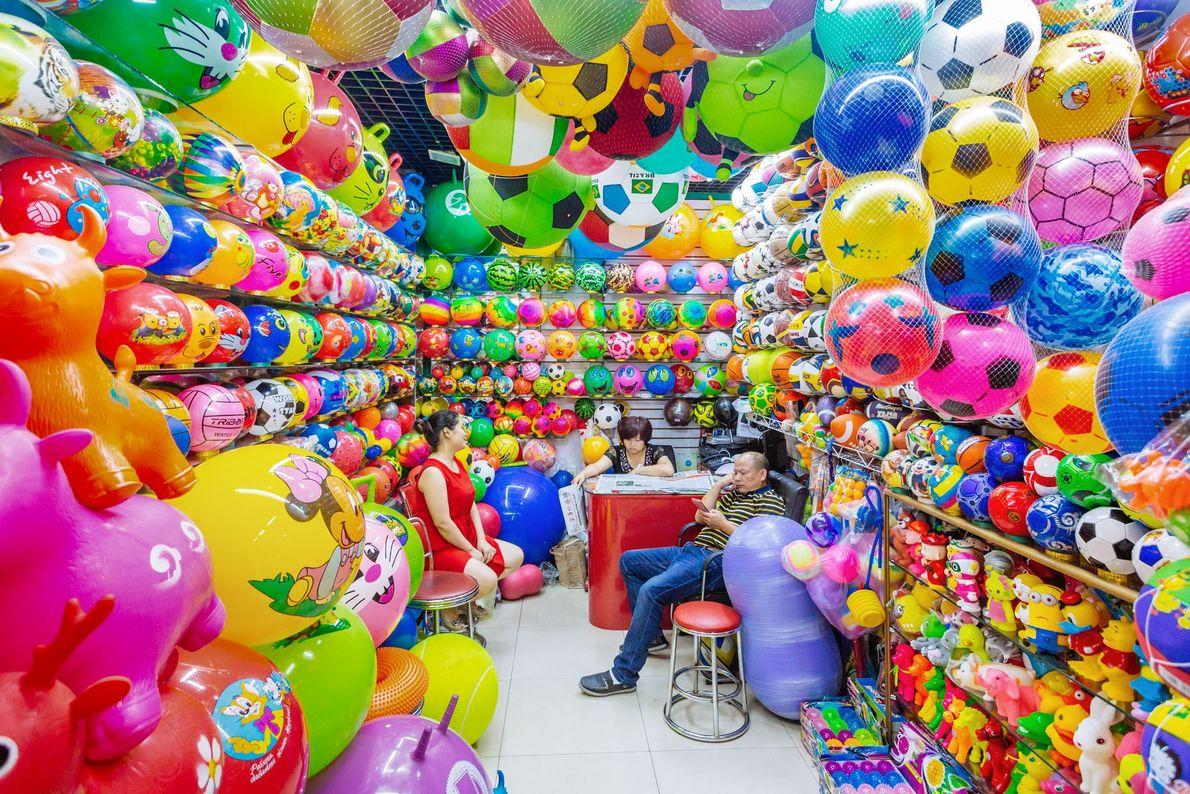 Sur un autre stand, on ne trouve que des ballons en plastique.