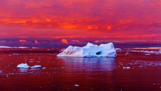 Le crépuscule nimbe de couleurs rouges le chenal Lemaire, à plus de 1000 km au sud ...