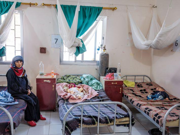 Dans un service de l'hôpital Al-Nasser, les bébés sont traités pour malnutrition. On estime à 1,8 ...