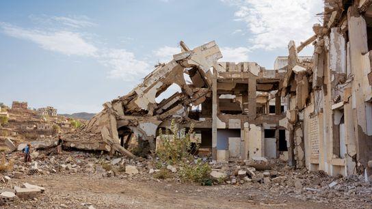 Des centaines d'écoles, comme celle d'Ad-Dali, ont été détruites par des raids aériens. À l'heure actuelle, ...