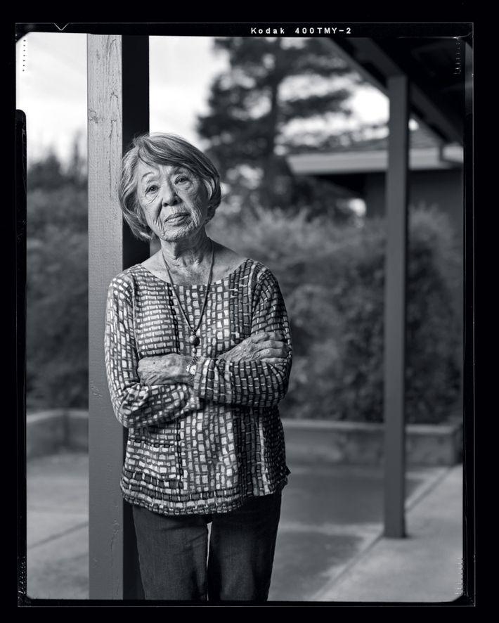 Dorothy Hiura, 93 ans, pose devant sa maison de San Jose, en 2017. Elle n'a jamais ...