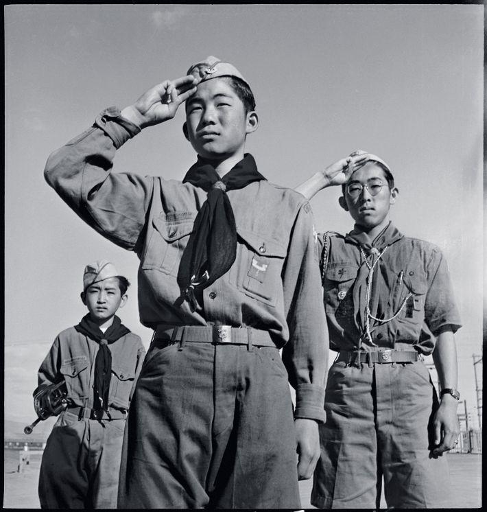 En 1943, au « centre de réinstallation » de Heart Mountain, les scouts Junzo Jake Ohara, ...
