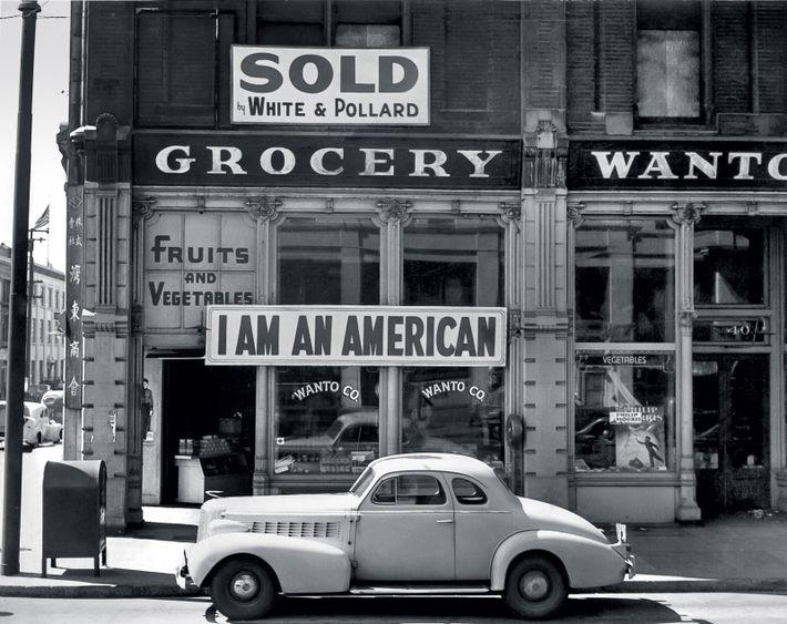 Sur la façade de l'épicerie de la famille Masuda, à Oakland (Californie), photographiée en 1942, un ...