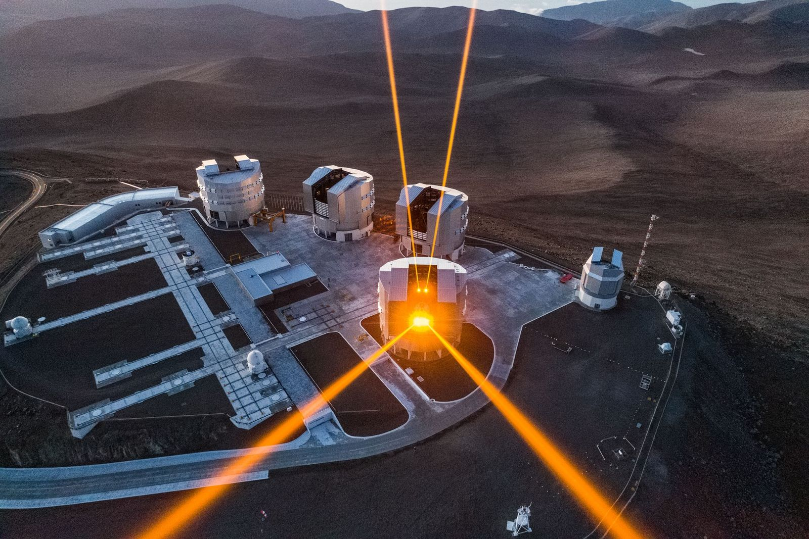 Des rayons laser jaillissent du Très Grand Télescope de l'Observatoire européen austral, dans le désert d'Atacama ...