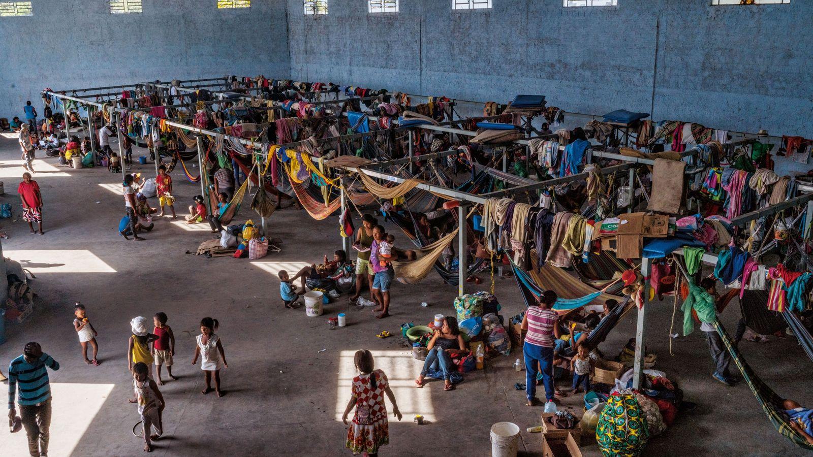 Environ 500 membres de la tribu des Warao vivent sur une aire en béton, munie de ...