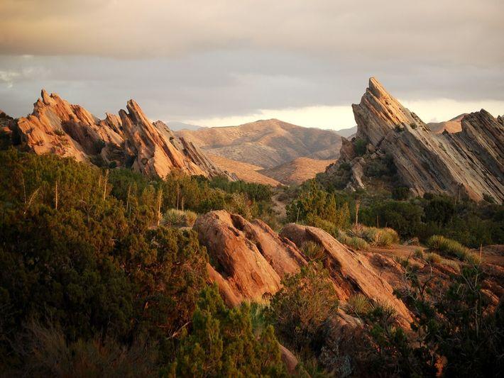 L'angle d'inclinaison des rochers du parc naturel de Vasquez Rocks, près d'Agua Dulce, en Californie, marque ...