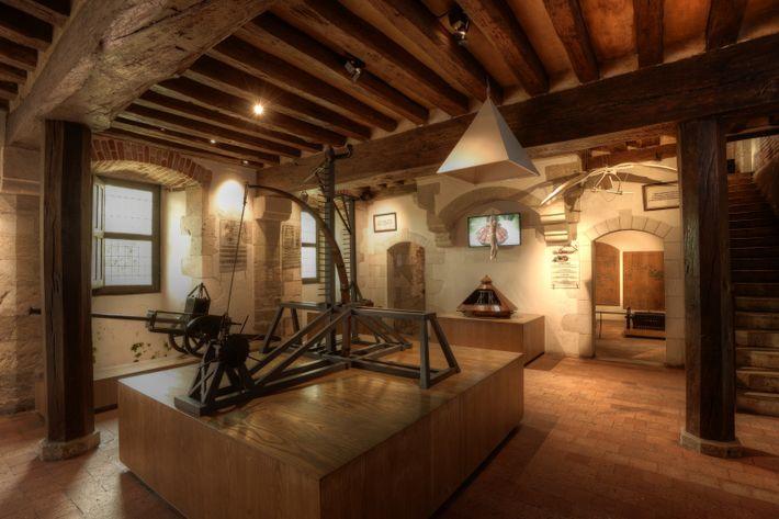 La catapulte à percussion au milieu de la salle des maquettes. Au fond, on aperçoit un ...