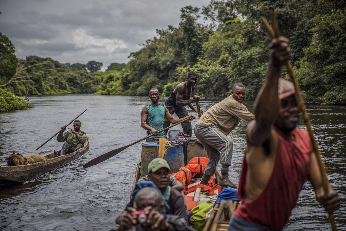 Les rangers unissent leurs forces pour pagayer jusqu'au camp, après qu'une branche submergée a endommagé le ...
