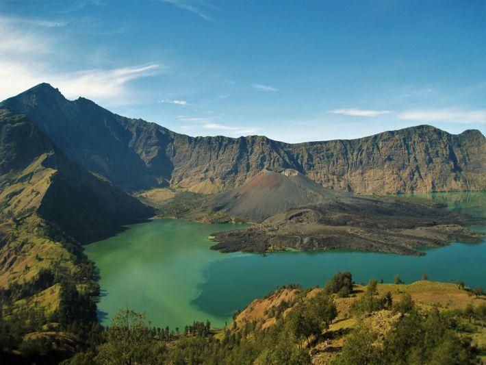 La caldeira du volcan Samalas, responsable l'éruption de 1257, se trouve sur l'île de Lombok (Indonésie)