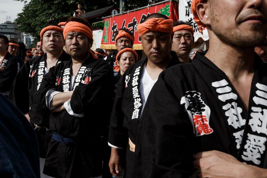Des habitants du quartier d'Asakusa attendent de porter des palanquins lors de la Sanja matsuri, une ...