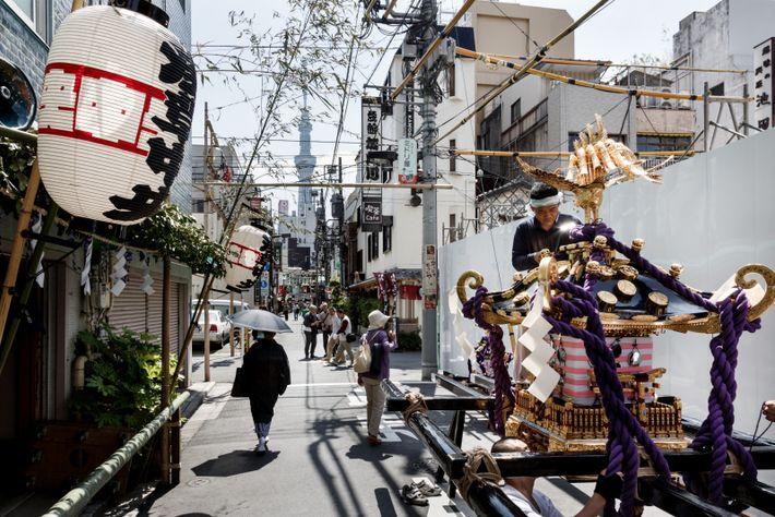 Un homme dresse un palanquin sacré pour la Sanja matsuri, à Asakusa. Ce quartier populaire a ...
