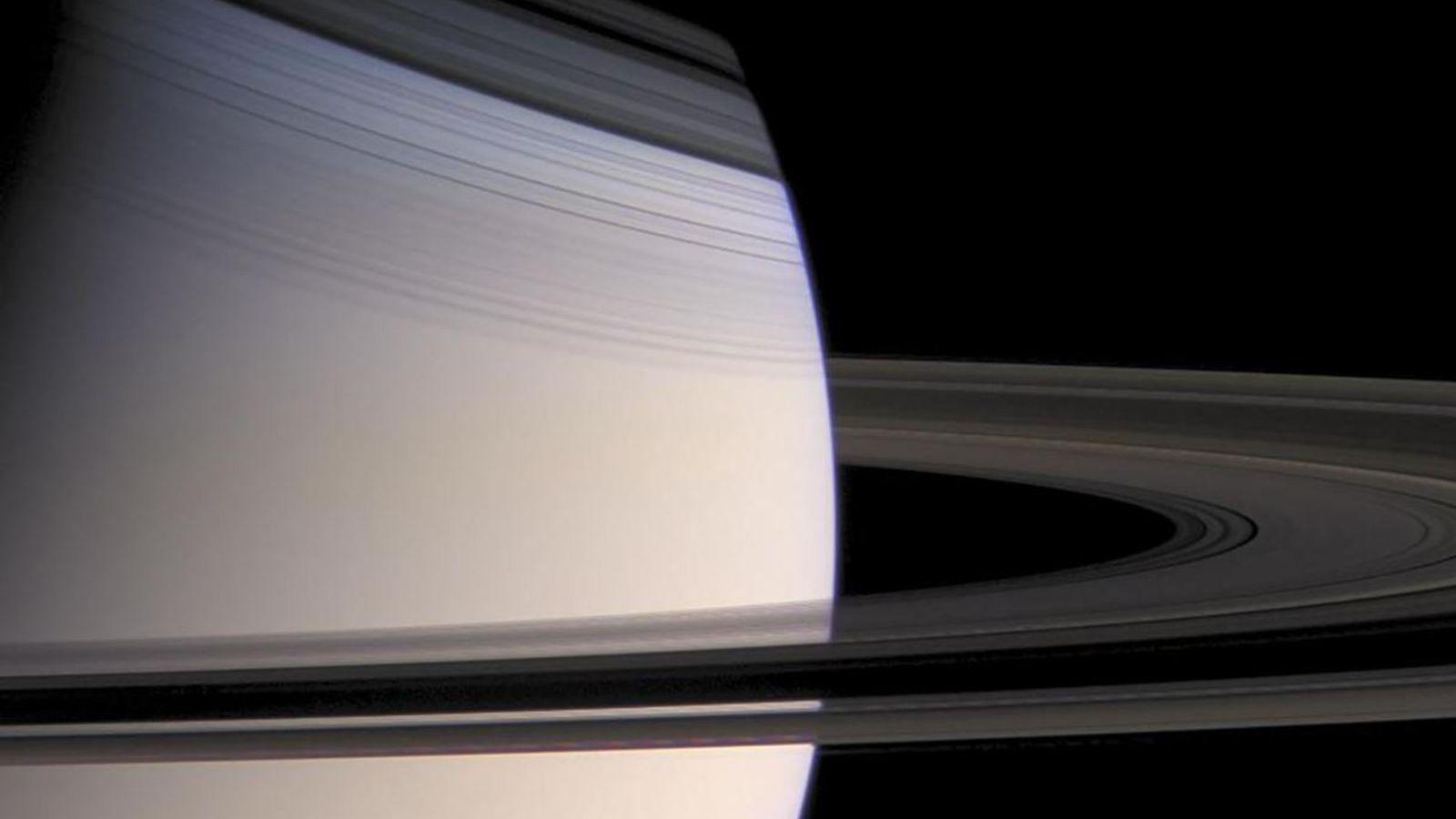 Image de Cassini montrant l'ombre portée des anneaux sur Saturne.