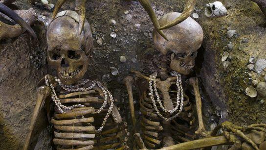 Site reconstitué en 1938 et restauré en 2010. Il s'agit de deux squelettes, ces femmes ont ...