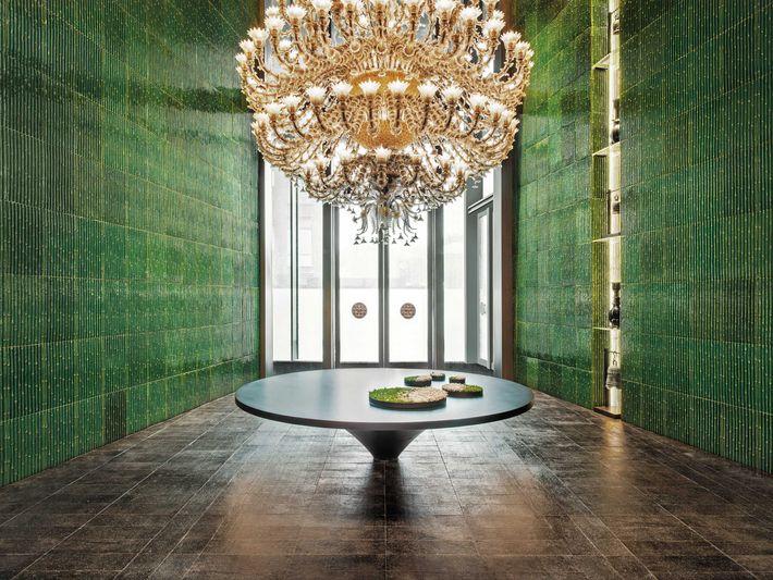 Tuiles de bambou et lustre en verre de Murano ornent le vestibule du Middle House.