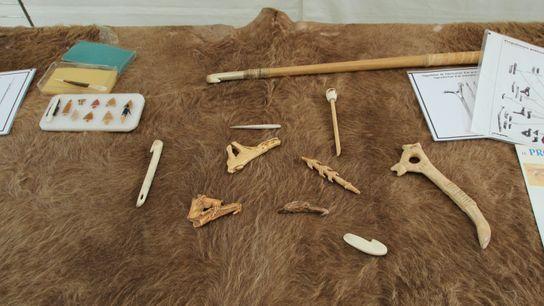 Des objets du Paléolithique présentés sur le site préhistorique d'Étiolles lors des journées nationales de l'archéologie ...