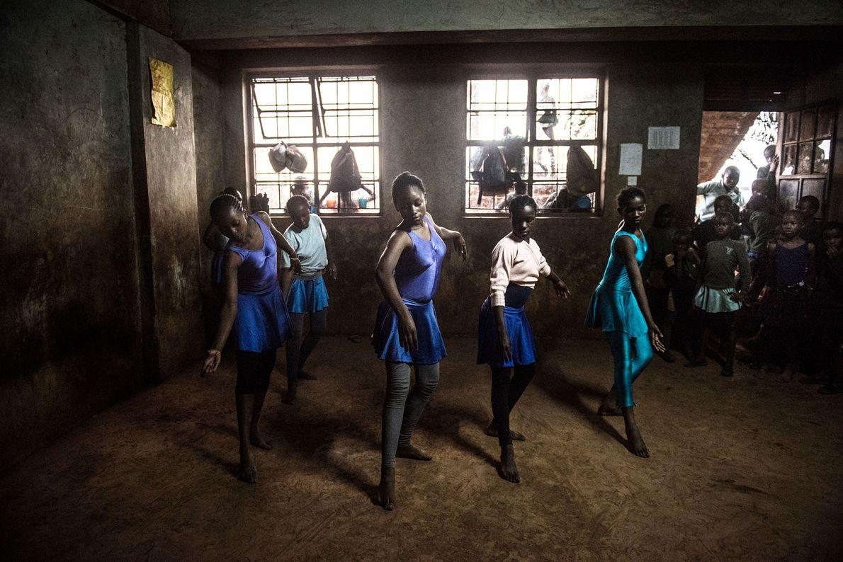 Les élèves de la Spurgeon's Academy restent après l'école pour regarder leurs camarades danser.