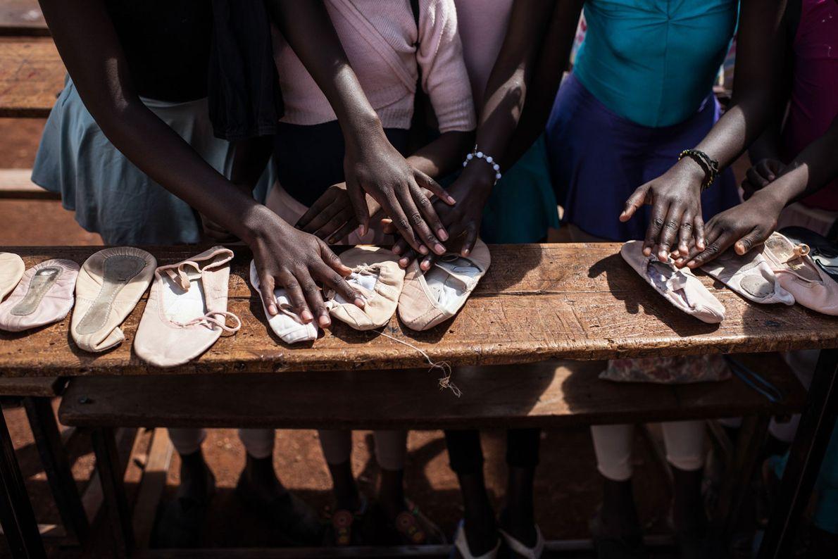 Les élèves organisent des paires de chaussures avant d'en faire la distribution.