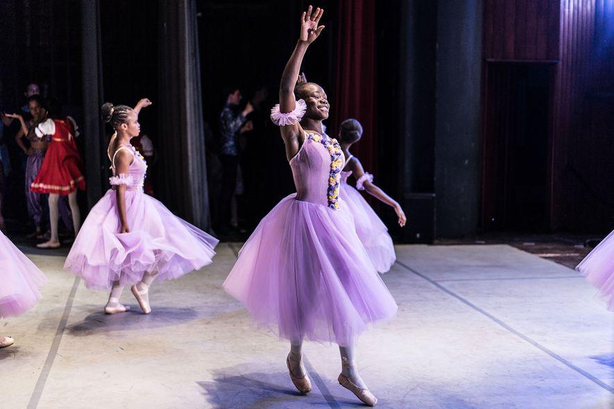 Pamela Adhiambo danse lors d'une représentation de Casse-Noisette, mis en scène par le Dance Centre Kenya ...