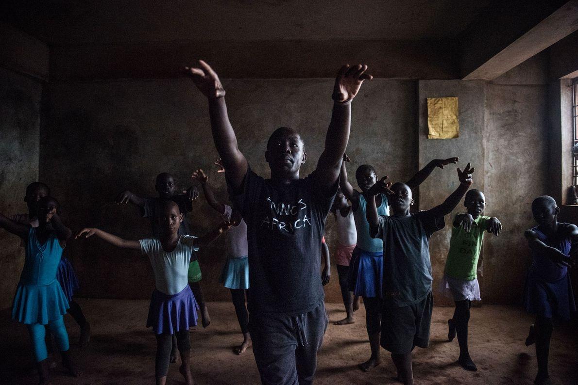 Mike Wamaya, un ancien danseur professionnel, donne un cours.