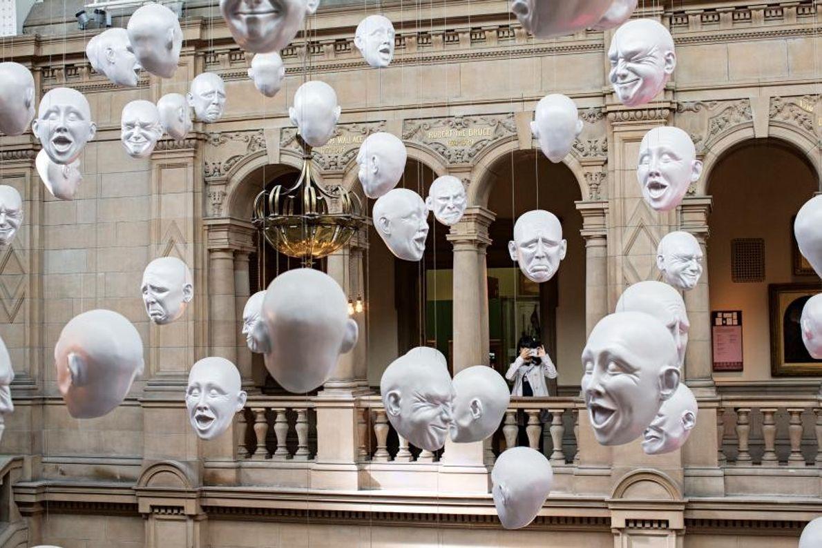 L'installation Floating Heads (les têtes flottantes) de Sophie Cave anime le Kelvingrove Art Gallery and Museum.