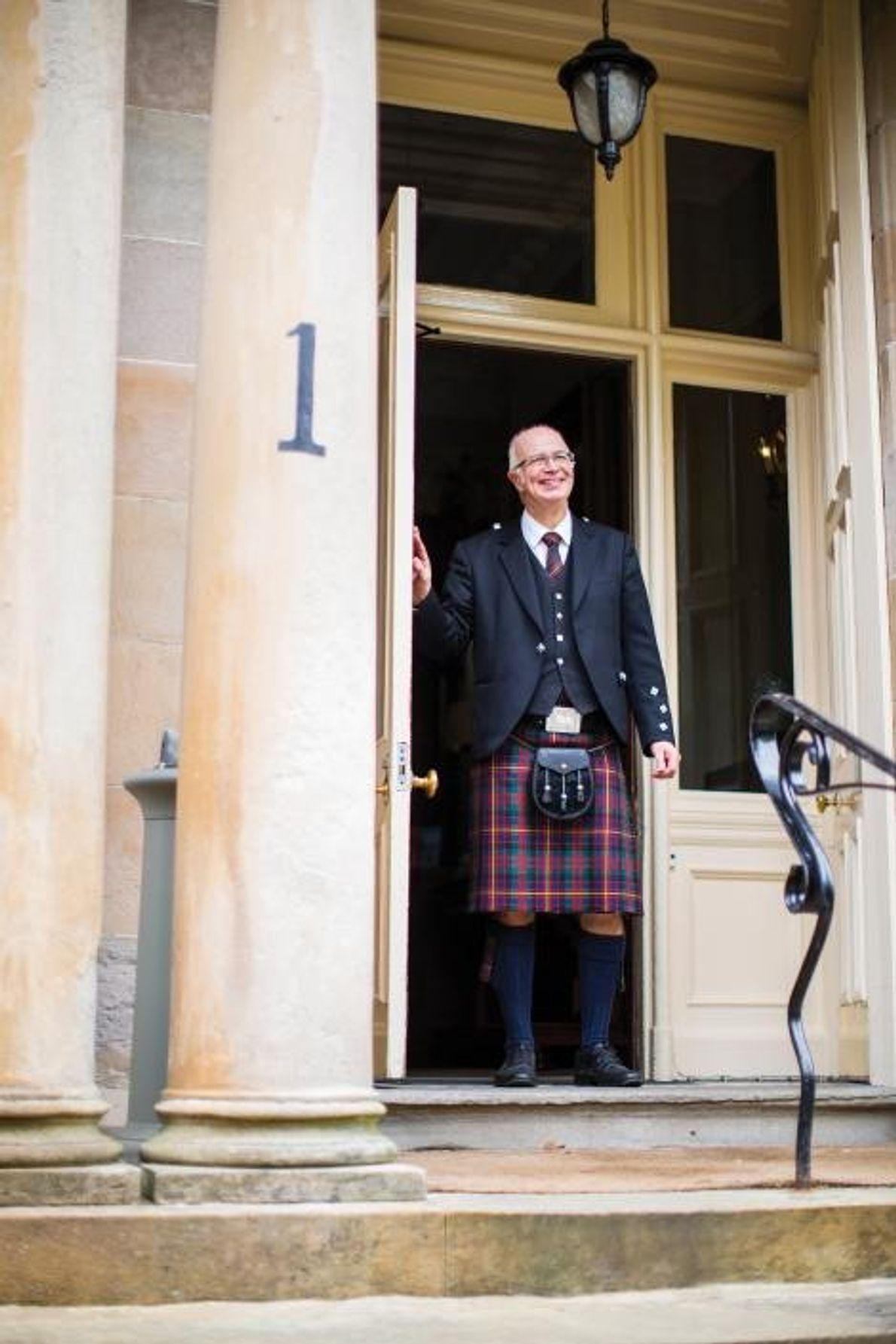 Un portier affiche un grand sourire au très chic Hotel du Vin, niché au milieu de ...