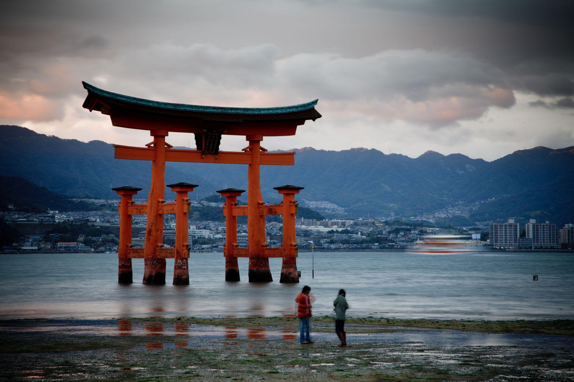 L'île sacrée de Miyajima abrite des centaines de temples et de sanctuaires. L'entrée de celui d'Itsukushima est ...