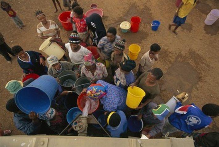 Des camions délivrent de l'eau potable dans des villages sud-africains. Le gouvernement a fait de grands ...