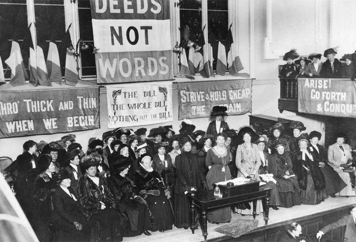 Une réunion des suffragettes à Caxton Hall, Manchester, Angleterre, vers 1908. Emmeline Pethick-Lawrence et Emmeline Pankhurst ...