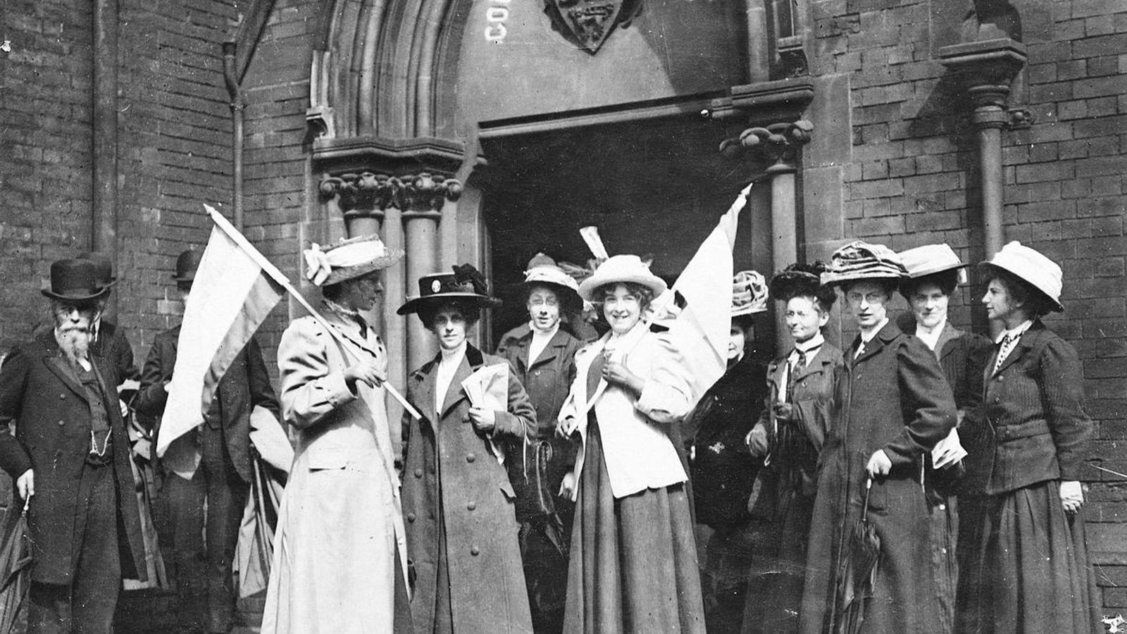 Mabel Capper et d'autres Suffragettes manifestant devant le tribunal de police, en 1911.