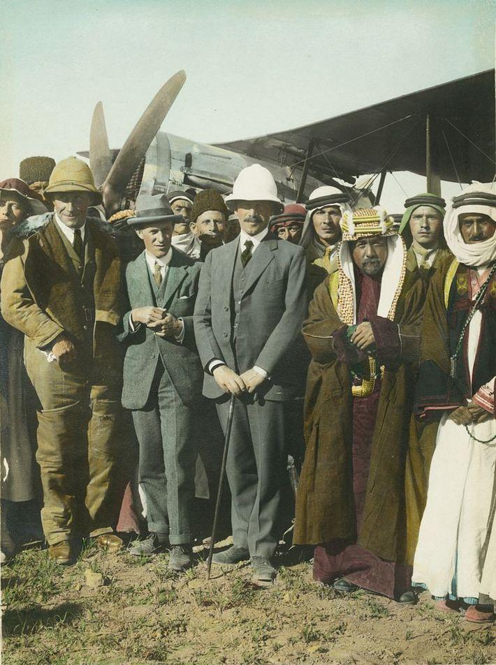 T. E. Lawrence (chapeau gris), Sir Herbert Samuel (casque colonial blanc) et l'émir Abdullah à l'aérodrome ...
